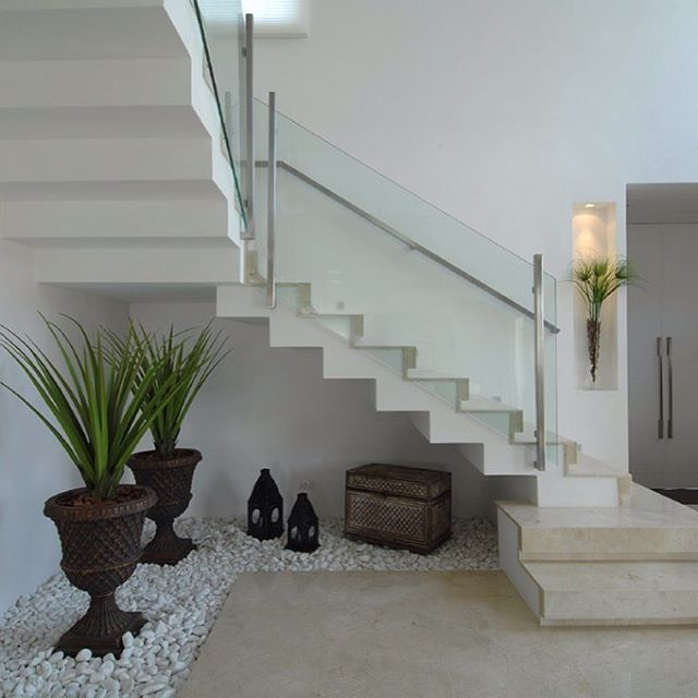 20 ideas extraordinarias decorar bajo la escalera con guijarros y plantas - Decorar escaleras interiores ...