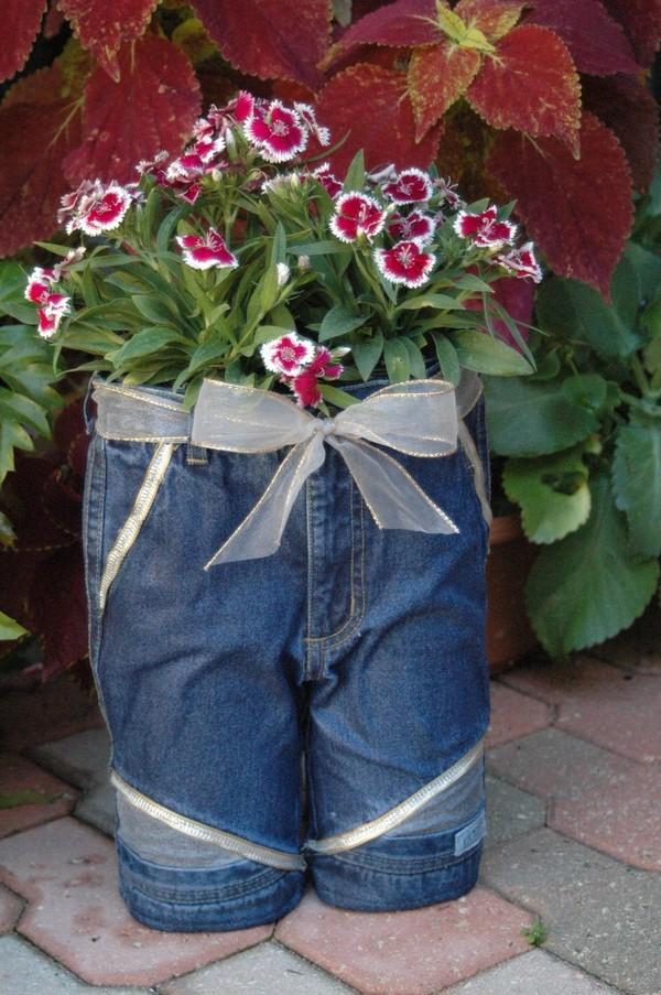 15 ideas geniales para reciclar viejos pantalones en for Ideas para decorar el jardin reciclando